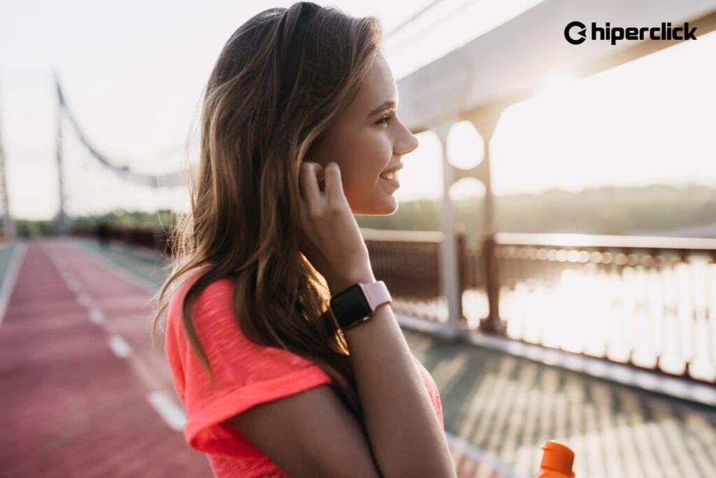 mujer con reloj inteligente